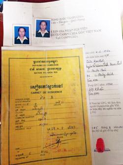 Sổ cư trú tạm thời do Chính phủ Hoàng gia Campuchia cấp cho cộng đồng người