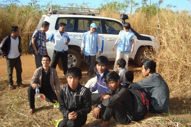 Một nhóm người Thượng trốn từ Việt Nam sang khu rừng Rattanakiri ở Campuchia được một đội ngũ của Liên Hợp Quốc cứu hồi tháng 12, 2014