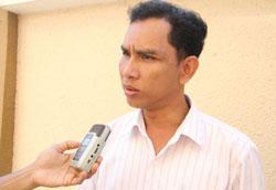 Ông Om Samath, lãnh đạo tổ chức nhân quyền LICADO trả lời phỏng vấn RFA tại tòa án sáng ngày 28/2/2014. RFA PHOTO/Quốc Việt.
