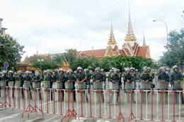 Cảnh sát chống bạo động chặn đường đoàn biểu tình tiến gần trụ sở Bộ Ngoại giao Campuchia. Photo Quốc Việt, RFA