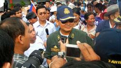 Cảnh sát trưởng Phnom Penh, ông Chuon Sovann đàn phám với đại diện đoàn biểu tình.Photo Quốc Việt, RFA