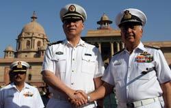 Tư lệnh Hải quân Trung Quốc Wu Shengli (T) và Đô đốc Ấn Độ Sureesh Mehta (P) trong chuyến thăm chính thức Ấn Độ năm 2008. AFP