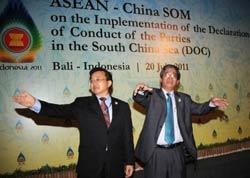 Ông Phạm Quang Vinh (P) và đối tác Trung Quốc Lin Zhen Min (L) tại buổi  họp về việc thực hiện Tuyên bố ứng xử của các bên về Biển Đông trên đảo Bali hôm 20/7/2011. AFP