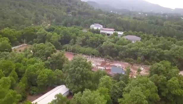 Tình trạng chiếm dụng đất rừng phòng hộ Sóc Sơn để xây biệt phủ và khu du lịch.