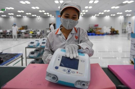 Một công nhân kiểm tra máy thở y tế trước khi xuất xưởng tại một xưởng sản xuất tại Hà Nội vào ngày 3 tháng 8 năm 2020.