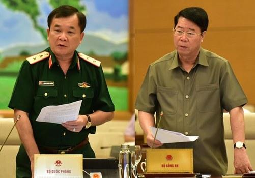 Đại diện Bộ công an Thượng tướng Bùi Văn Nam (phải) và Trung tướng Hoàng Xuân Chiến Thứ trưởng Bộ Quốc phòng, tại buổi tranh luận giành quyền kiểm soát biên giới.