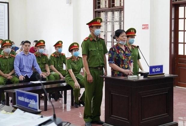 Bà Cấn Thị Thêu và con trai Trịnh Bá Tư vững mạnh ứng đối trước tòa