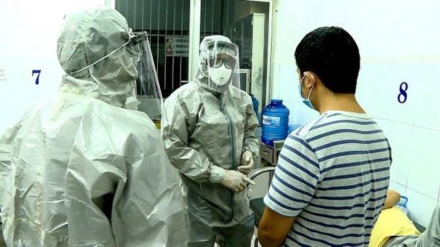 Nhân viên y tế Bệnh viện Chợ Rẫy hôm 23/1/20 mặc đồ bảo hộ tiếp xúc với hai người Trung Quốc nhiễm nCoV.