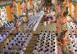 Đồng đạo Cao Đài đang cử hành lễ, ảnh minh họa. Photo courtesy of tongiaotour.com