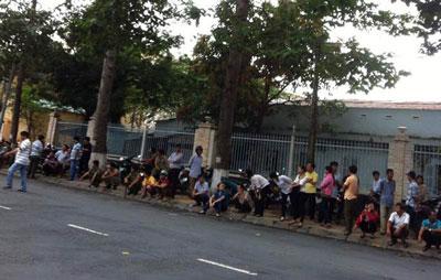 Người dân Cao Lãnh, Đồng Tháp bên ngoài phiên tòa xử Bùi Hằng hôm 26/8/2014
