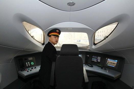 Người lái tàu cao tốc chạy tuyến Bắc Kinh và Quảng Châu. Ảnh chụp hôm 26 tháng 12 năm 2012. Ảnh minh họa.
