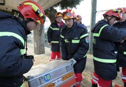 Các nhân viên đội cứu hộ Trung Quốc chuẩn bị cho hoạt động cứu hộ ở thành phố Ofunato ở tỉnh Iwate vào ngày 14 Tháng 3 năm 2011. AFP photo