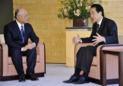 Giám đốc Cơ quan Nguyên tử năng Quốc tế (IAEA) Yukiya Amano (T) nói chuyện với Thủ tướng Nhật Naoto Kan (P) hôm 18/3/2011. AFP photo