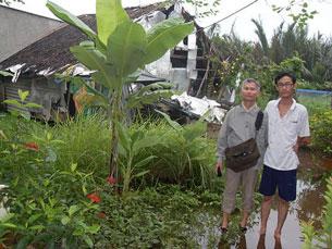 Mục sư Thân văn trường và cháu Dương Mạnh Hùng con trai MS Dương Kim Khải, phía sau là Hội Thánh Chuồng Bò. RFA file