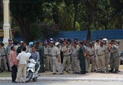 Cảnh sát chống bạo động đang chuẩn bị dẹp người biểu tình. Photo by Quốc Việt/RFA