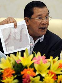 Thủ tướng Campuchia Hun Sen với tấm bản đồ trong một cuộc họp báo với giới truyền thông tại Phnom Penh hôm 22/7/25011. AFP photo