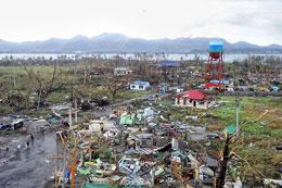 Sau cơn bão người dân đi góp nhặt vật liệu để che chắn và chuẩn bị cho chỗ ngủ tạm bợ. AFP