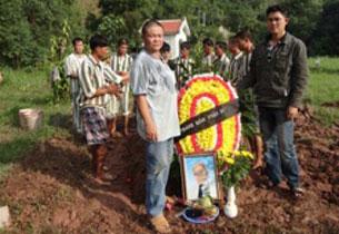 Đám tang vội vã đơn sơ trong khu vực trại tù Nam Hà, Bắc Việt Nam của anh Trương Văn Sương người tù bị giam hơn 30 năm
