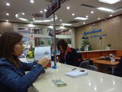 Giao dịch bên trong Sacombank, ảnh minh họa. RFA photo