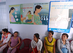 Các thai phụ tại một bệnh viện ở Tiền Giang hôm 9/7/2010 với poster phòng chống HIV/AIDS trên tường. AFP photo