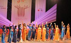 """15 thí sinh trong trang phục áo dài cuộc thi """"Dấu cộng duyên dáng"""". Photo courtesy of suckhoedoisong.vn"""