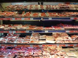 Thịt heo bán tại siêu thị Big C ở Hà Nội hôm 19-01-2012. RFA PHOTO.
