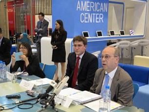 Trợ lý Ngoại trưởng Mỹ phụ trách Đông Á - Thái Bình Dương Daniel Russel trong buổi họp báo tại Hà Nội vào ngày 8.5