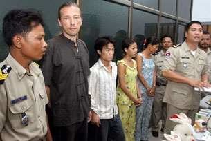 Một tổ chức buôn trẻ em bị bắt tại Campuchia trong đó có 3 người Việt Nam và 1 người quốc tịch Đức tên German Thomas Sigwart Eugen, 42tuổi. AFP