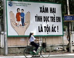 Biểu ngữ cảnh báo xâm hại tình dục trẻ em trên đường phố. AFP
