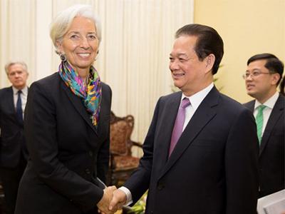 Giám đốc điều hành IMF Christine Lagarde (trái) bắt tay với Thủ tướng Việt Nam Nguyễn Tấn Dũng (phải) tại Hà Nội ngày 16 tháng 3 năm 2016. AFP