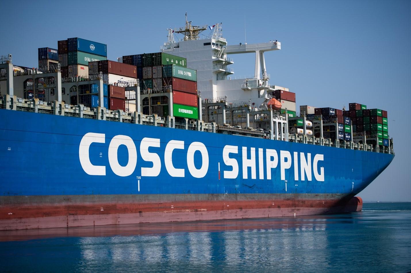 Một bức ảnh được chụp vào ngày 23 tháng 7 năm 2020 cho thấy tàu chở hàng COSCO Shipping rời bến EuroFos tại cảng Fos-Sur-Mer, ở Marseille, miền nam nước Pháp. Với sự hậu thuẫn của chính phủ, COSCO được thành lập từ sự hợp nhất giữa hai tập đoàn vận chuyển hàng hải trong các tập đoàn lớn nhất của Trung Quốc vào năm 2016, tạo ra công ty vận chuyển hàng hải lớn thứ ba trên thế giới.