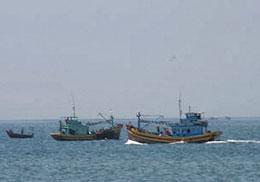 Ngư dân đánh bắt cá thường đi hai tàu hầu hỗ trợ cho nhau. RFA