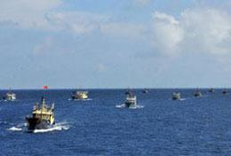 Đoàn 30 tàu đánh cá TQ có tàu ngư chính hộ tống, đã đến đảo Chữa Thập – mà Trung Quốc gọi là đảo Vĩnh Thử - của Việt Nam thuộc quần đảo Trường Sa vào ngày 15 tháng 7, 2012.China News (news.cn)
