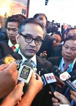 Ngoại trưởng Indonesia Marty Natalegawa trả lời báo chí tại Hội nghị thượng đỉnh ASEAN lần 20. RFA