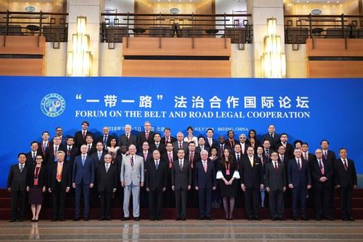 Hình minh họa. Bộ trưởng Ngoại giao Trung Quốc Vương Nghị (giữa) chụp hình cùng đại diện nước ngoài tại lễ khai mạc Diễn đàn Vành đai Con DDuwwongf ở Bắc Kinh hôm 2/7/2018