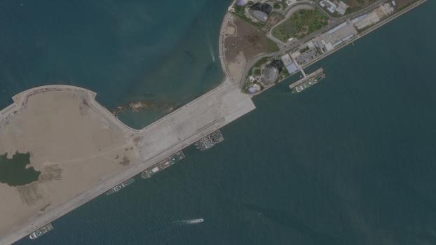 Nhiều tàu Lực lượng Hải cảnh Trung Quốc đã cập cảng Tam Á trong một bức ảnh vệ tinh chụp ngày 3 tháng 4 năm 2020. Tàu khảo sát Hải Dương Địa chất số 8 và các tàu hộ tống đã cập cảng tại đây từ ngày 8 đến ngày 9 tháng 4 trước khi đi về phía Nam Biển Đông.