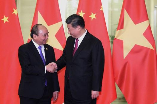 Thủ tướng Việt Nam Nguyễn Xuân Phúc bắt tay với Chủ tịch Trung Quốc Tập Cận Bình tại Bắc Kinh, Trung Quốc, ngày 25 tháng 4 năm 2019.