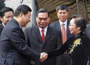 Ông TậpCận Bình thân mật bắt tay Phó Chủ tịch nước Việt Nam Nguyễn Thị Doan. Tham gia lễ đón chính thức Phó Chủ tịch Trung Quốc còn có Thường trực Ban Bí thư Lê Hồng Anh (giữa).