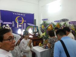 Lễ tang thầy giáo Đinh Đăng Định tại DCCT Sài Gòn hôm 06/04/2014. Courtesy Blog Quê Choa.