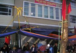 Giáo dân Thái Nguyên vẫn chờ đợi tại chỗ, ăn, ngủ ngay tại vỉa hè trước cơ quan tiếp dân của UBND Tỉnh Thái Nguyên. Photo courtesy of NuVuongCongLy.