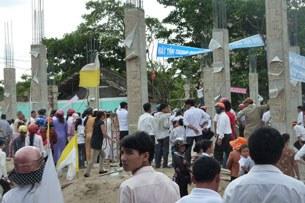 Ngày 23 tháng 5 năm 2010 Giáo dân kéo lên khiếu nại khi chính quyền địa phương định xây một  khu thương mại lớn tại khu đất nhà thờ Cầu Rầm