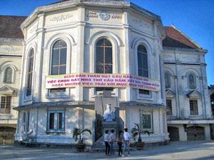 Biểu ngữ: Giáo dân Hạt Cầu Rầm phản đối việc chọn đất nhà thờ xây đài tưởng niệm hoặc những việc trái với mục đích thờ phượng. Source nuvuongcongly