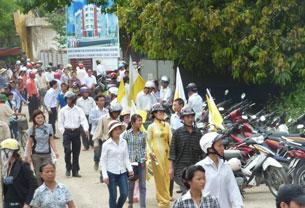 Giáo dân Cầu Rầm kéo nhau đến ngăn chân không cho xây dụng khu thương mại tại nên nhà thờ. Source nuvuongcongly
