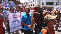Hai người biểu tình đang chơi những bản nhạc yêu nước hôm 03/7/2011 tại Hà Nội. AFP photo