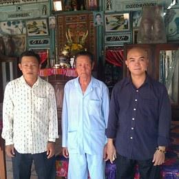 Ông Phạm Bá Hải trong chuyến đi miền Tây thăm các cựu tù nhân lương tâm trước đây. (Từ trái sang: Nguyễn Thanh Phong, Nguyễn Văn Thơ, Phạm Bá Hải). File photo.