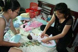 Chị Liên vợ Anh Ba SG (Phan Thanh Hải) cùng với cháu gái lớn chăm sóc bé Phan Khôi. Source Blogger Người Buôn Gió