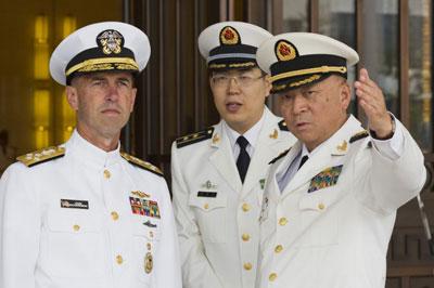 Đô Đốc Viên Dự Bách, Tư Lệnh Hạm Đội Bắc Hải của Hoa Lục (phải) và Đô Đốc Tư Lệnh Hải Quân Hoa Kỳ John Richardson (trái) trong chuyến thăm Bắc Kinh ngày 18 tháng 7 năm 2016. AFP photo