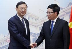 Bộ trưởng Ngoại giao Việt Nam Phạm Bình Minh (phải) tiếp Ủy viên Quốc vụ viện TQ Dương Khiết Trì tại nhà khách chính phủ ở Hà Nội ngày 18 tháng 6 năm 2014. AFP PHOTO / POOL / LƯƠNG THÁI LINH.