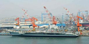 Tàu sân bay Varyag đang được cải tạo tại một xưởng đóng tàu ở thành phố Đại Liên, tỉnh Liêu Ninh, phía đông bắc Trung Quốc, hôm 26 tháng 4 năm 2011. AFP PHOTO.