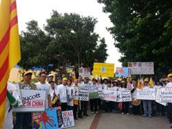 Người Việt ở Mỹ biểu tình ở California để phản đối ông Tập Cận Bình, chủ tịch nước Trung Quốc nhân dịp sang Hoa Kỳ để gặp gỡ Tổng Thống Barack Obama hôm 07/06/2013. RFA PHOTO / Ngọc Lan.